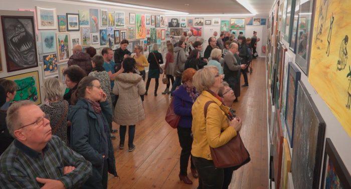 Besucher bei der Ausstellung Rostock kreativ