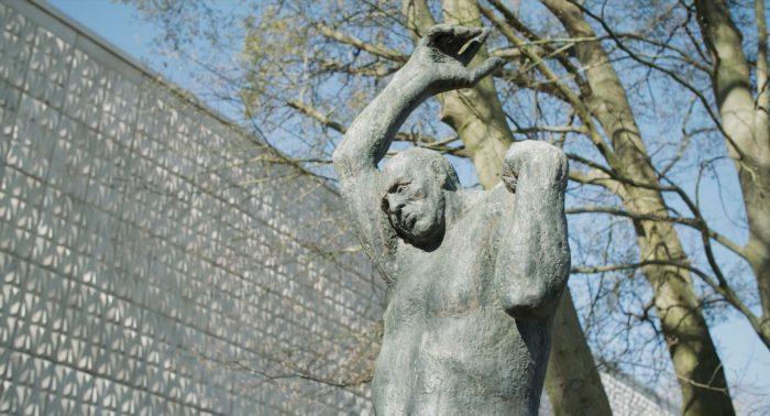 Der Aufsteigende Skulptur vor der Kunsthalle Rostock